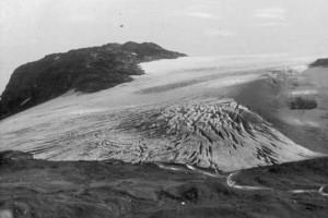 Blåisen sommerstid 1950-1960. Hardangerjøkulen har trukket seg markant tilbake siden dette bildet ble tatt. Foto: Enoch Djupdræt. Billedsamlingen, Universitetet i Bergen (CC)